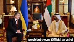 Президент України Петро Порошенко і прем'єр-міністр Об'єднаних Арабських Еміратів, правитель Емірату Дубай шейх Мухаммед бін Рашид Аль Мактум. Абу-Дабі, 2 листопада 2017 року