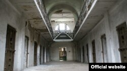 Burgu Ramnicu Sarat , tash memorial i viktimave të komunizmit.