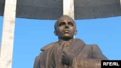 Новый памятник лидеру украинских националистов начала 20-го века Степану Бандере. Львов, 4 февраля 2010 года.
