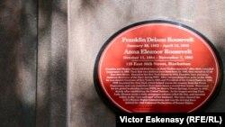 Placă memorială pe una din casele în care a locuit președintele Roosevelt la New York
