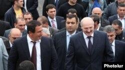 Президент Беларуси Александр Лукашенко (справа) и лидер «Процветающей Армении» Гагик Царукян (слева) на церемонии освящения церкви Святого Иоанна Крестителя в Абовяне, 14 мая 2013 г․