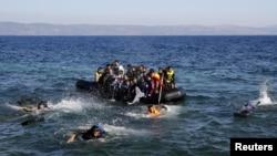 Афганские и сирийские беженцы, пытающиеся перебраться на греческий остров Лесбос из Турции. 18 сентября 2015 гда.