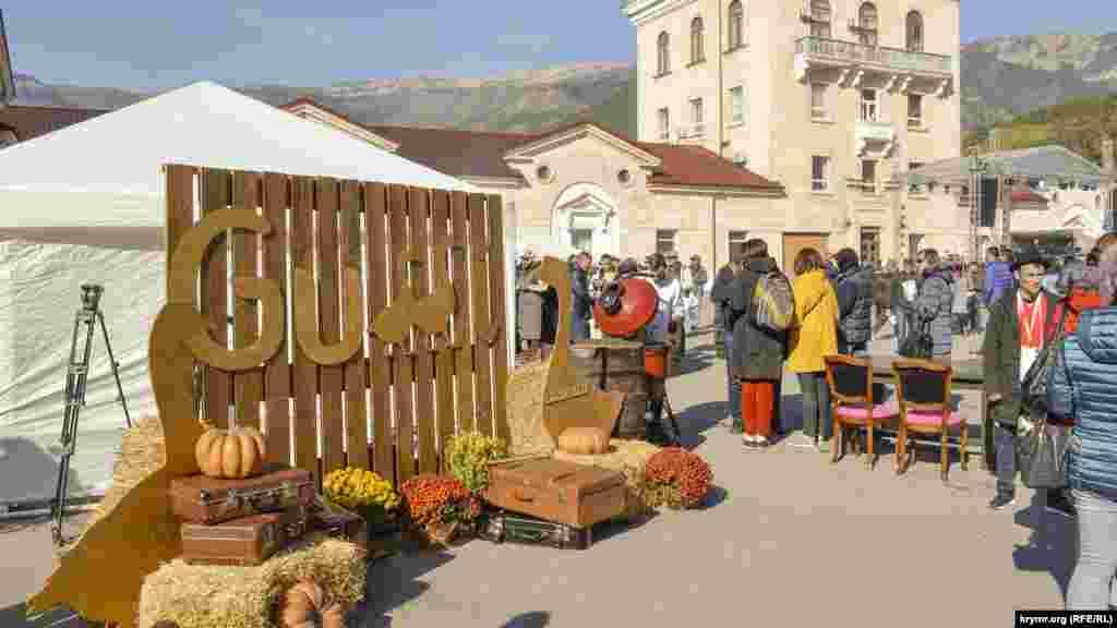 На площади, силами ялтинских ресторанов, организовали фудкорты и зоны отдыха со столиками, где можно было перекусить, запивая еду разнообразным крымским вином