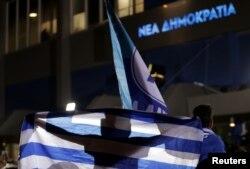 """Festa e mbështetësve të """"Demokracisë së Re"""", pas fitores në zgjedhje. Athinë, 7 korrik, 2019."""