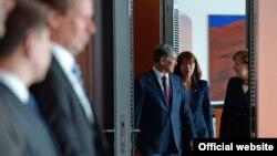 Кыргыз президенти Алмазбек Атамбаев менен немис канцлери Ангела Меркел. 1-апрель, 2015-жыл.