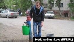 Астанинец набирает воду из колонки, 19 мая 2013 года