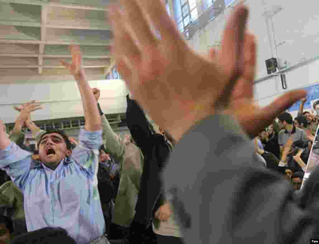 سخنرانی آقای احمدی نژاد، با شعارهای موافقان و مخالفان همراه بود