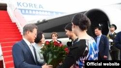 Встреча президента Южной Кореи Мун Чжэ Ина в аэропорту Ташкента. Фото с сайта президента Узбекистана.
