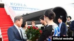 Жанубий Корея президенти Мун Чжэ Ин Тошкентда кутиб олинмоқда. Президент расмий сайтидан олинган сурат.