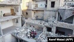 Мусульманская семья среди руин своего жилища. Ариха, провинция Идлиб, 4 мая 2020