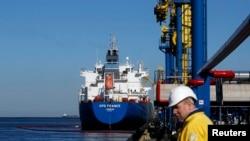 Перекачка нефти в танкер у терминала в Усть-Луге, Ленинградская область. Объект компании Gunvor (архивный снимок)