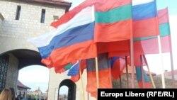 Drapele ale Rusiei și regiunii separatiste transnistrene la Cetatea Tighina