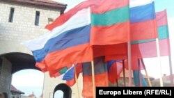 Drapele ale Rusiei și regiunii separatiste transnistrene, la Cetatea Tighina
