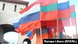 Drapele ale Rusiei și regiuni transnistrene, la intrarea în Cetatea Tighina