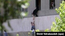 Поліція Ірану допомагає цивільним залишити атаковану екстремістами будівлю парламенту, Тегеран, 7 червня 2017 року
