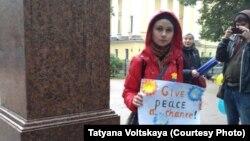 Участница пикета в день Марша мира в Петербурге.