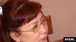 Қазақстан түрмелерінде отырған журналистерді қолдап флеш-моб өткізгені үшін сот «Журналистер қауіп-қатерде» қорының президенті Розлана Таукинаға айыппұл салды. Алматы, 27 қаңтар 2010 жыл.