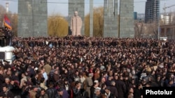 Armenia - Thousands of supporters of opposition leader Levon Ter-Petrosian demonstrate at a major street intersection in Yerevan, 1Mar2008.