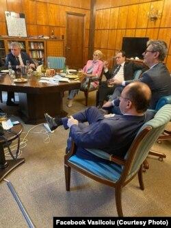 Premierul Ludovic Orban și membri guvernului său - poza care a adus amenzi.