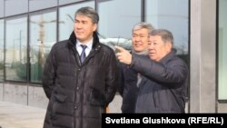 На переднем плане: аким Астаны Асет Исекешев и Ахметжан Есимов, председатель правления национальной компании «Астана ЭКСПО-2017». Астана, 31 октября 2016 года.