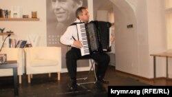 Музыкант Сервер Абкеримов