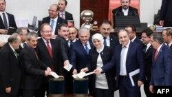 Түркиянын премьер-министри Бинали Йылдырым жана бийликтеги АК партиясынын депутаттары.