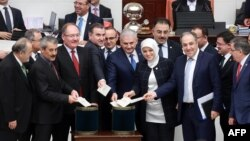 Конституциялык өзгөртүүлөр боюнча парламенттеги добуш берүү