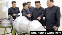 Лідер КНДР Кім Чен Ин (другий праворуч) спілкується з військовими, 2017 рік
