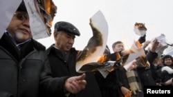 Члены партии ОСДП сжигают протоколы избирательных комиссий на акции протеста. Алматы, 17 января 2012 года.