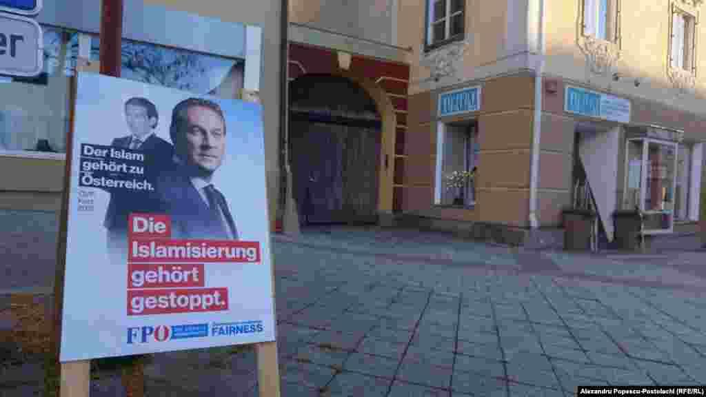 """Lupta declarațiilor. În prim plan: """"Islamizarea trebuie oprită!"""" . Pe imaginea din spate: """"Islamul face parte din societatea austriacă""""."""