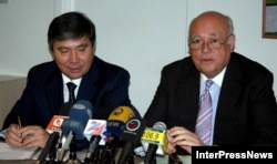 "Президент компании ""КазМунайГаз"" Узакбай Карабалин и директор Батумского нефтяного терминала Жан Бонд Нилсен на пресс-конференции. Тбилиси, 22 сентября 2006 года."