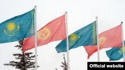 Кыргызстан менен Казакстандын желектери. Иллюстрациялык сүрөт.