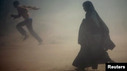 Somalian refugees flee a dust storm near Dadaab, near the border with Kenya. (file photo)