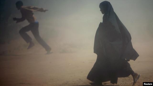 Somalian refugees flee a dust storm near Dadaab, near the border with Kenya. (file photo)