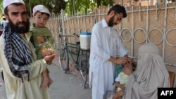 A Pakistani health worker administers polio vaccination drops to a child in Peshawar. (file photo)