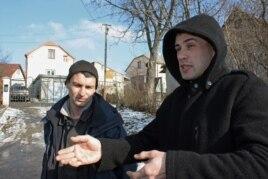 Малехов ауылының тұрғындары 29 жастағы Юрий (сол жақта) және 30 жастағы Михайло. Львов облысы, 12 ақпан 2015 жыл.