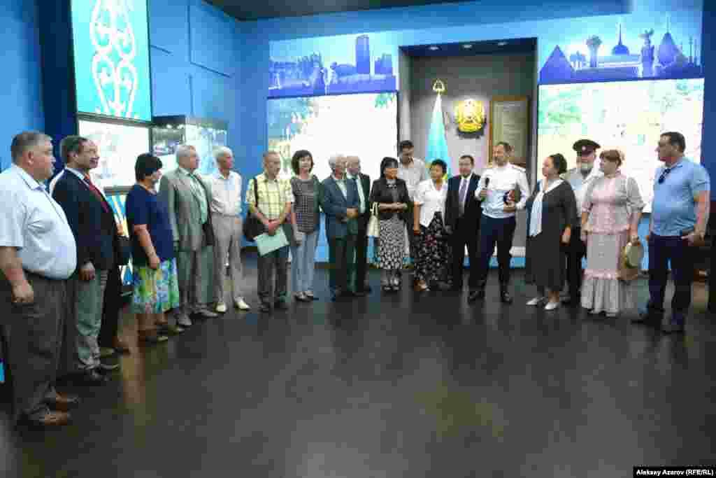 Добрая половина гостей на открытии – руководители разных этнокультурных объединений Алматы, на этом фото они с семиреченскими казаками.