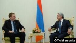 Президент Армении Серж Саргсян (справа) принимает министра иностранных дел Латвии Эдгарса Ринкевичса, Ереван, 12 декабря 2014 г. (Фотография - пресс-служба президента Армении)