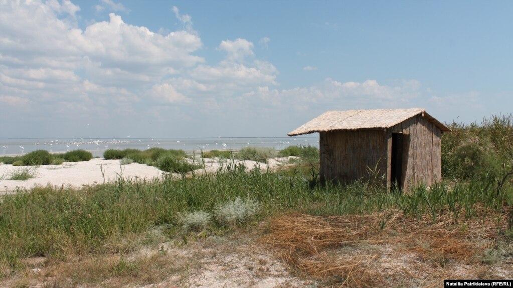 На берегу моря работники парка построили бунгало, откуда через небольшие окошки каждый может наблюдать за птицами: пеликанами, чайками, цаплями. Раньше здесь стояли браконьерские ржавые вагоны