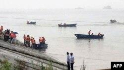 Янцзы өзенінде суға батқан кемедегі адамдарды құтқаруға кетіп бара жатқан қайықтар. Қытай, 2 маусым 2015 жыл.