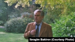 "Чыңгыз Айтматов Брюсселдеги ""Тенбош"" гүлбагында. Ибрагим Бакировдун белек фотосу."