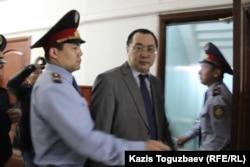 Гражданский активист Ермек Нарымбаев под конвоем в фойе Алматинского городского суда. Алматы, 29 марта 2016 года.