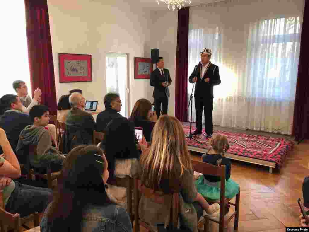 На мероприятии в Берлине выступил акын Идирис Айтибаев.