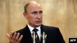 Президент России Владимир Путин выступает на пресс-конференции в Милане, 17 октября