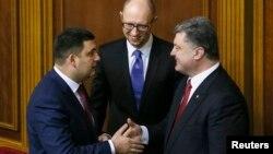 Петро Порошенко (праворуч), Володимир Гройсман (ліворуч) і Арсеній Яценюк. Фото з архіву