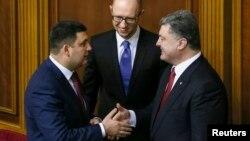 Президент України (праворуч) новопризначений спікер парламенту Володимир Гройсман, новопризначений прем'єр-міністр Арсеній Яценюк