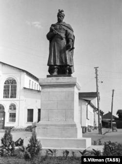 Фото 1956 року. Пам'ятник гетьману Богдану Хмельницькому (робота скульптора Івана Кавалеридзе) в місті Нікополі Дніпропетровської області, який був встановлений у 1954 році