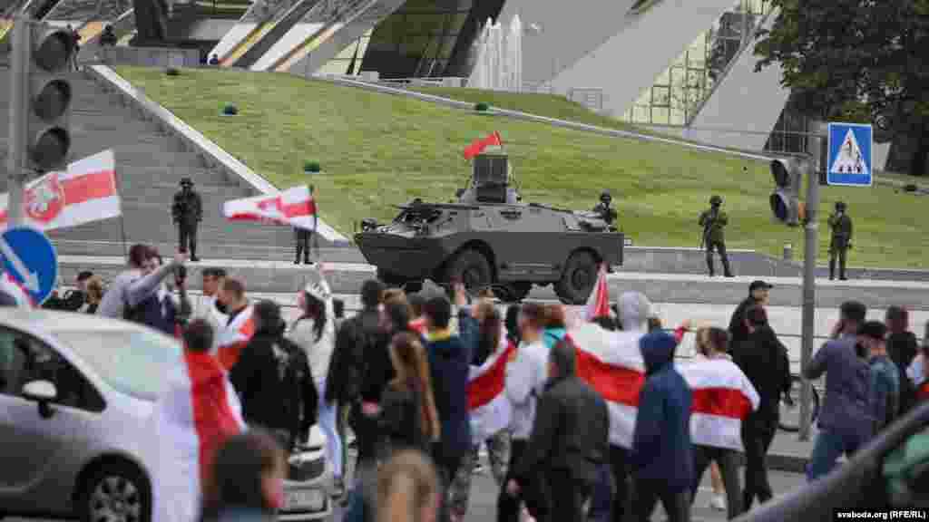 У місті традиційно було багато військової техніки. Біля стели дуже голосно звучала естрадна музика, учасники маршу скандували «Живє Білорусь!»
