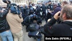 Privođenje antifašističkog prosvjednika