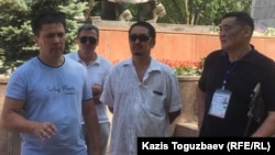Встреча гражданских активистов в парке имени Ганди в Алматы. Слева - Алмат Жумагулов. 29 июля 2017 года.